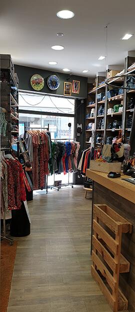 Intérieur de la boutique de prêt-à-porter homme et femme Le Store à Chartres (28) : vêtements, robes, jean's