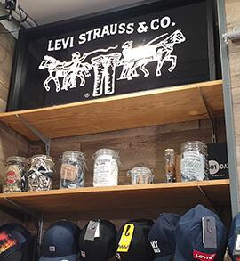 Accessoires, casquettes, affiche publicitaire Levi's